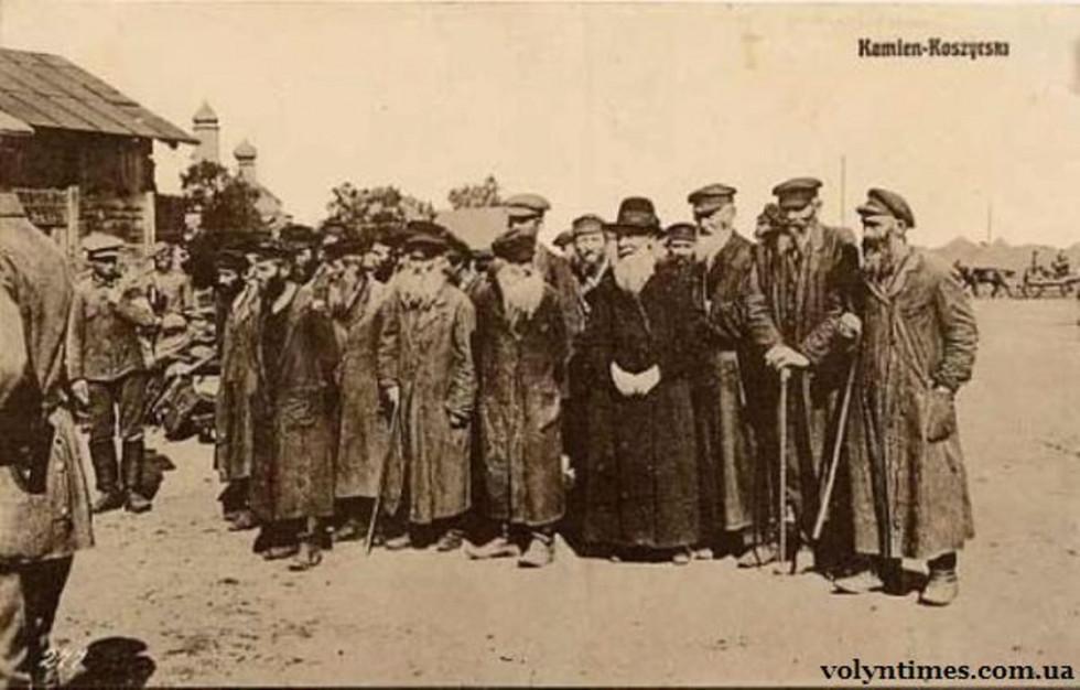 9_evreyi-bizhentsi-v-tsentri-kamenia-kashirsskogo-1915-r-chetvertii-sprava-ravin-ginzburg