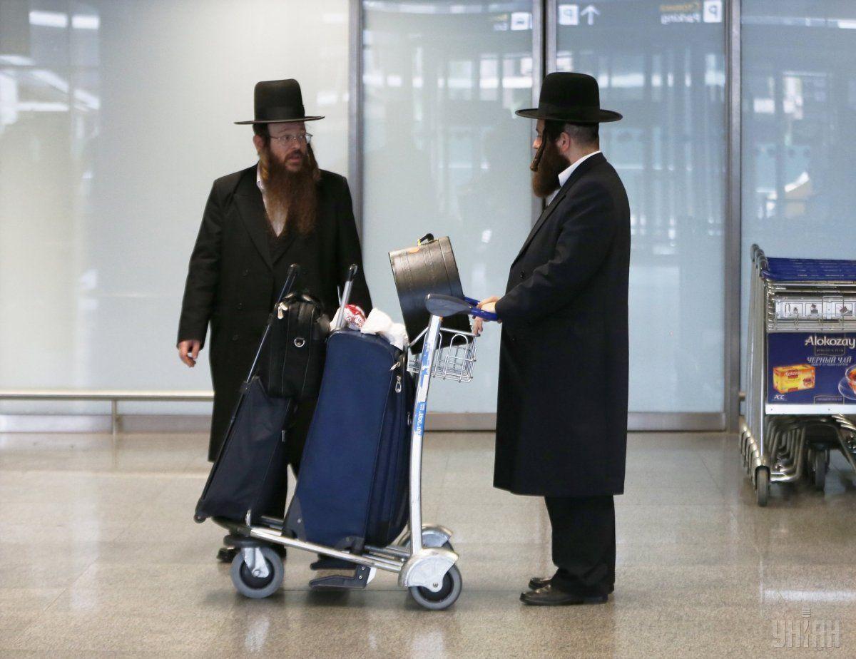 1475487337-9520-hasidyi-v-aeroportu-borispol