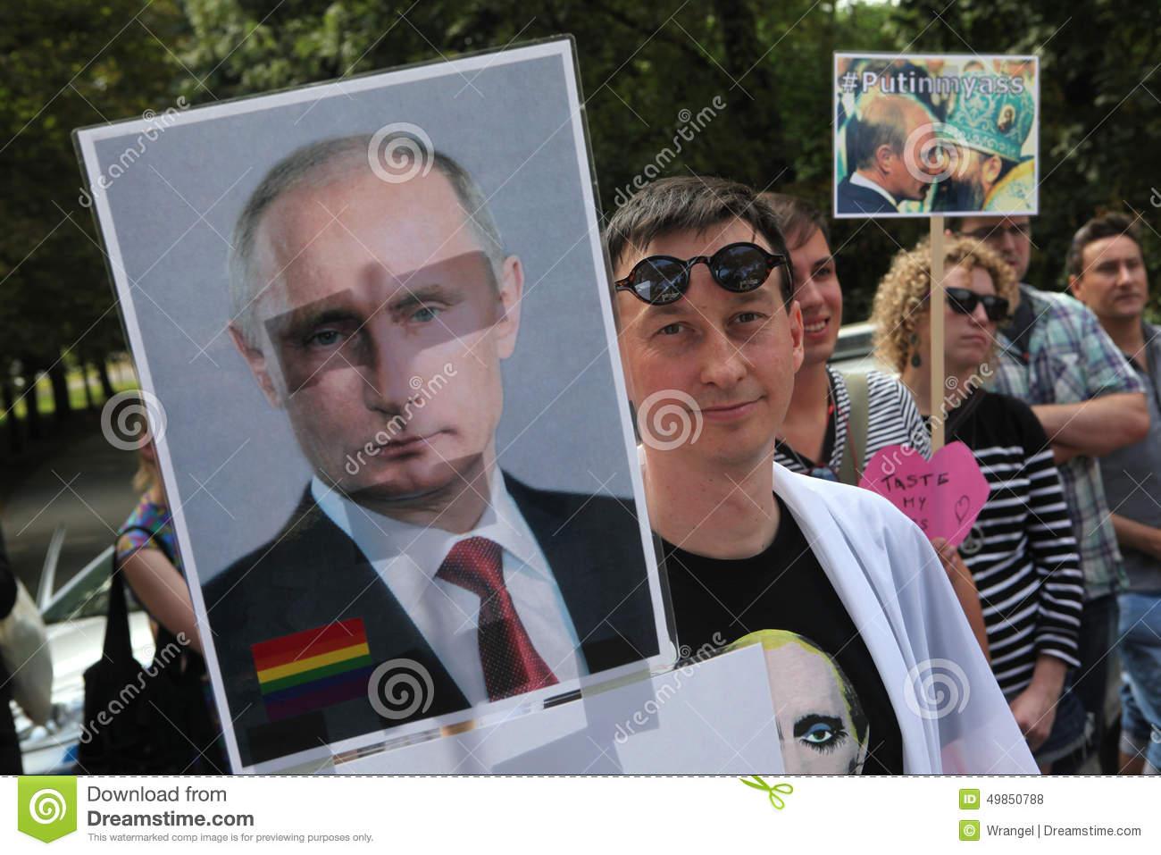 чехос-овакские-гомосексуа-ьные-активисты-протестуют-против-русских-49850788